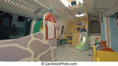 jongen, hebbend plezier, in, de, trein, toneelstuk, ruimte