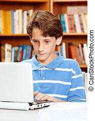 jongen, het gebruiken computer, in, bibliotheek