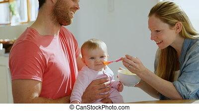 jongen, het voeden, hun, ouders, 4k, baby, thuis