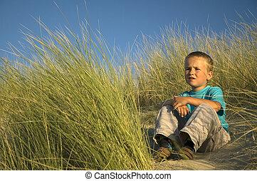 jongen, in, de, duinen, denken