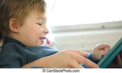 jongen, in, de, trein, gebruik, touchpad, gehouden, door, moeder
