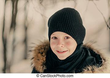 jongen, in, een, hoedje, in, de, sneeuw