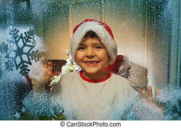 jongen, in, kerstmuts, achter, bevroren, venster, met, sneeuw