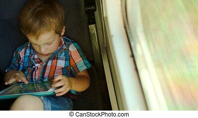 jongen, in, trein, gebruik, tablet, computer