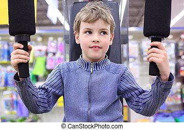 jongen, in, winkel, op, sporten, exerciser