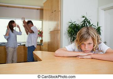 jongen, is, verdrietige , over, vecht, ouders