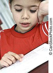 jongen, jonge, book., genemenene in beslag, terwijl, lezende