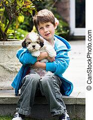 jongen, jonge, lhasa apso, vasthouden, puppy