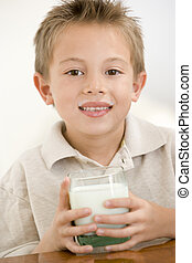 jongen, jonge, melk, binnen, het glimlachen, drinkt