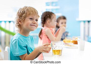jongen, kinderopvangcentrum, meiden, etentje, tafel, kinderen