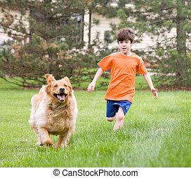 jongen lopend, met, dog