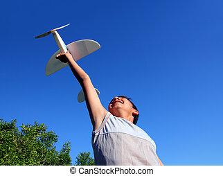 jongen lopend, modelleer vliegtuig