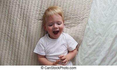 jongen, mamma, loudly, tickles, lach, bed, fototoestel, blik, direct, het liggen