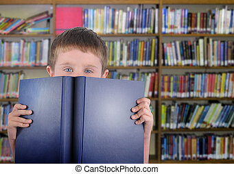 jongen, met, blauw boek, in, bibliotheek