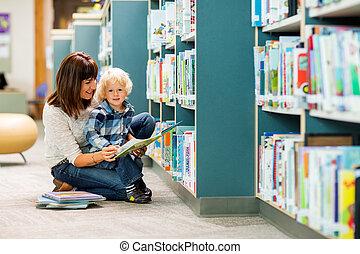 jongen, met, leraar, het boek van de lezing, in, bibliotheek