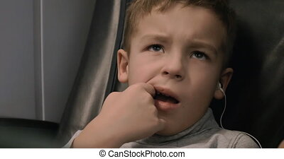 jongen, met, oortelefoons, het schouwen tv, in, trein