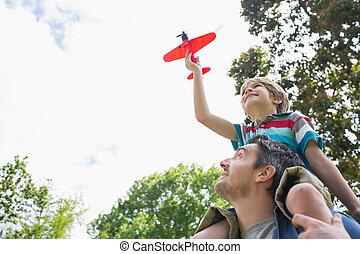 jongen, met, speelbal aeroplane, zittende , op, vader,...