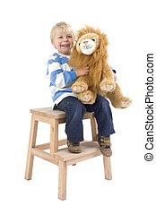 jongen, met, speelbal, leeuw, op, een, krukje