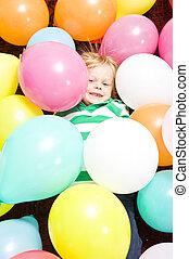 jongen, omringde, baloons