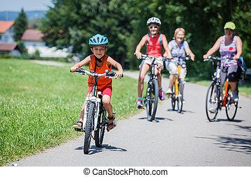 jongen, rijdende fiets