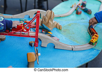 jongen, speelbal, autisme, houten auto, tafel, spelend
