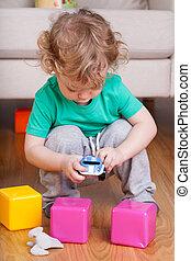 jongen, spelend, met, speelgoedauto