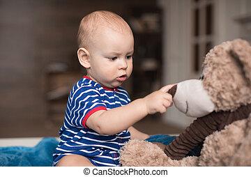 jongen, spelend, met, teddy beer