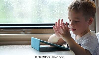 jongen, spelend, op, blok, in, de, trein, proberen te winnen, zonder, moeders, helpen