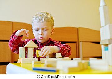 jongen, spelend, speelgoed