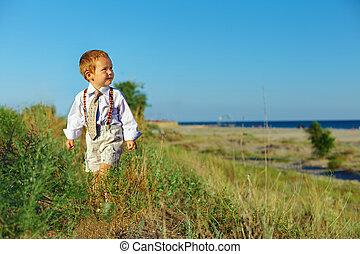 jongen, stijl, zakelijk, wandelende, akker, door, zee, baby