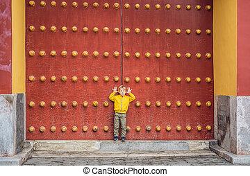 jongen, toerist, op, de, achtergrond, van, de, groot, chinees, gates., reizen, met, kinderen, in, china, concept