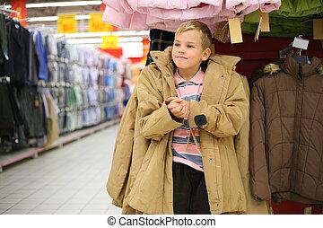 jongen, tries, op, jas, in, winkel