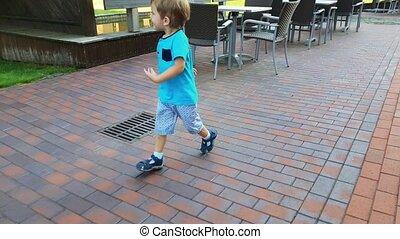 jongen, verloren, stad, rennende , straat, video, 4k,...