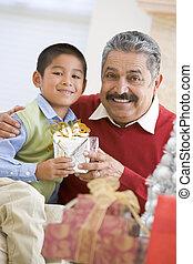 jongen, verrassend, vader, met, kerstkado