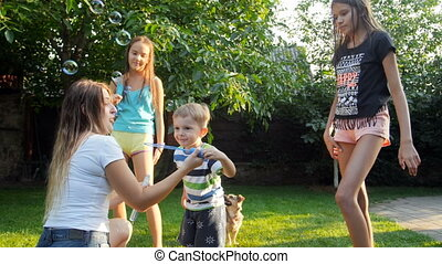 jongen, vertragen, gezin, beeldmateriaal, zeep, motie, blazen, achterplaats, bellen, gras, schattige, toddler