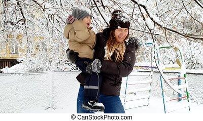 jongen, vrouw, winter, haar, park, jonge, sneeuw, video, 4k...