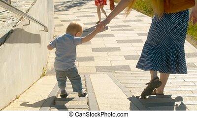 jongen, wandelende, dons, baby, mama, trap
