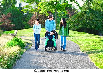 jongen, wandelende, gezin, wheelchair, zonnig, invalide, buitenshuis