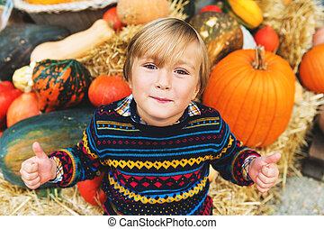 jongen, weinig; niet zo(veel), 5-6, oud, boerderij, groot, halloween, op, duimen, kies, jaar, schattige, markt, pompoen