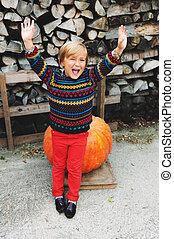jongen, weinig; niet zo(veel), 5-6, oud, boerderij, halloween, armen op, kies, jaar, schattige, markt, pompoen