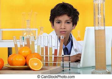 jongen, weinig; niet zo(veel), analyzing, sinaasappel, laboratorium