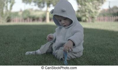 jongen, weinig; niet zo(veel), baby, smil, plezier, hebben