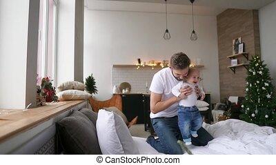 jongen, weinig; niet zo(veel), concept, mensen, -, gezin, vader, ouderschap, baby, thuis, spelend, vrolijke