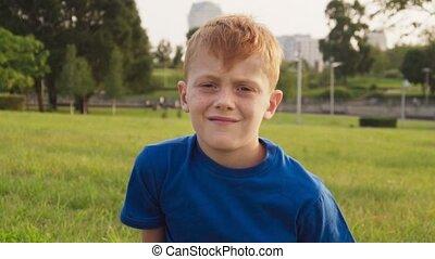 jongen, weinig; niet zo(veel), freckles, roodharig, park, zonnig, verdrietige , somber, zomer, gezicht, dag