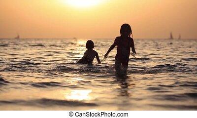 jongen, weinig; niet zo(veel), geitjes, hebben, blij, water, outdoors., zee, plezier, meisje, spelende kinderen, vrolijke