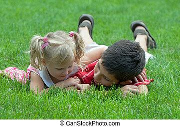 jongen, weinig; niet zo(veel), gras, meisje
