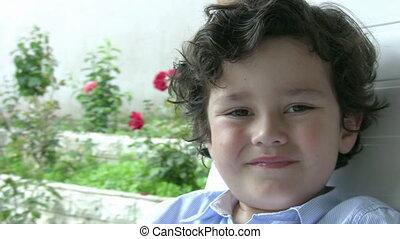 jongen, weinig; niet zo(veel), het glimlachen, verticaal