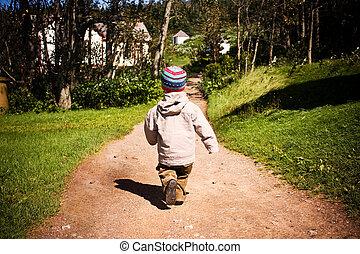 jongen, weinig; niet zo(veel), hout, wandelende, spoor