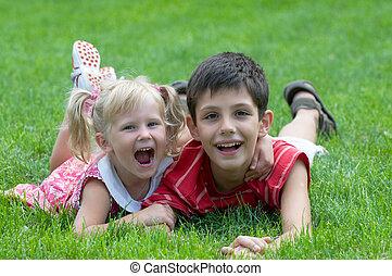 jongen, weinig; niet zo(veel), park, het glimlachen meisje