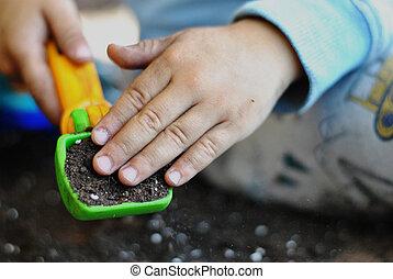 jongen, weinig; niet zo(veel), speelbal, op, vuile handen, afsluiten, graver, spelend